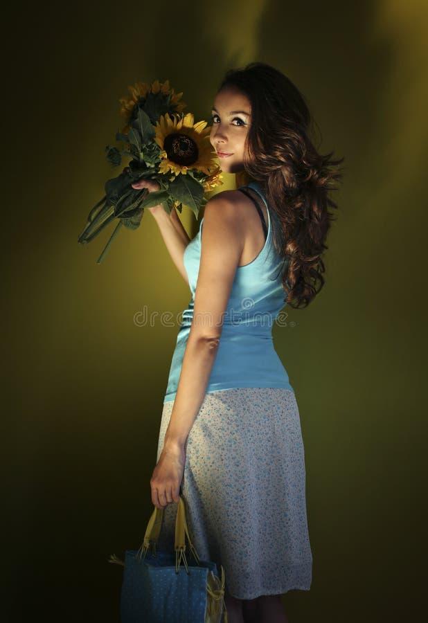 Meisje en zonnebloemen royalty-vrije stock afbeelding
