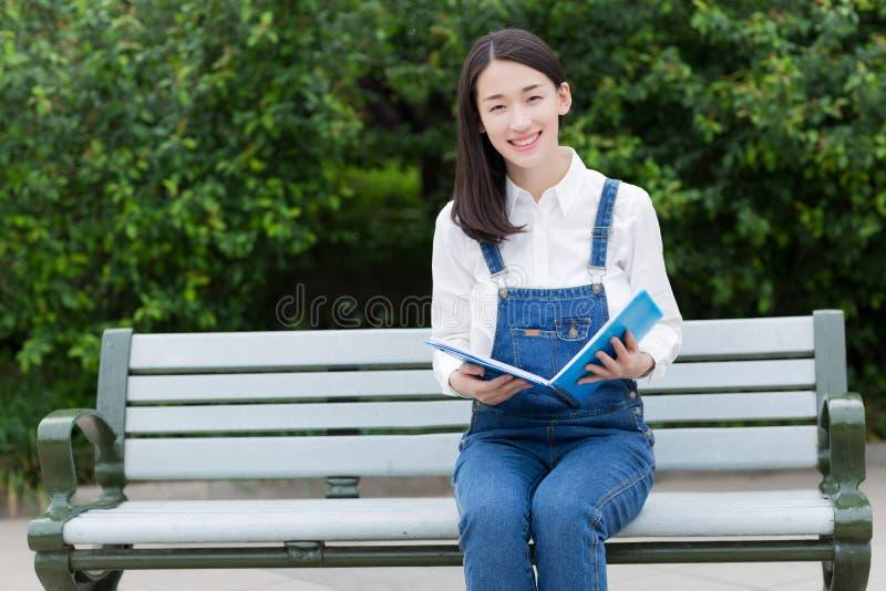 Meisje in ernstige lezing stock foto's