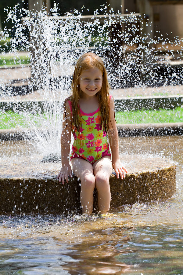 Meisje in Fontein stock foto