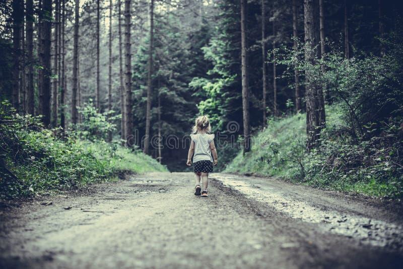 Meisje in Forest Walking Alone wordt verloren dat royalty-vrije stock afbeeldingen