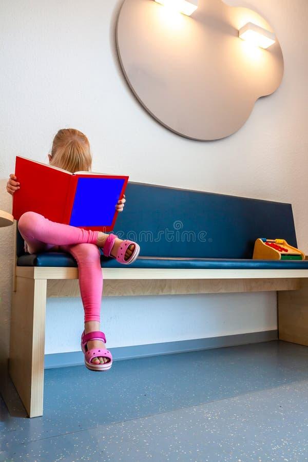Meisje geduldig wachten bij Artsenwachtkamer stock foto's