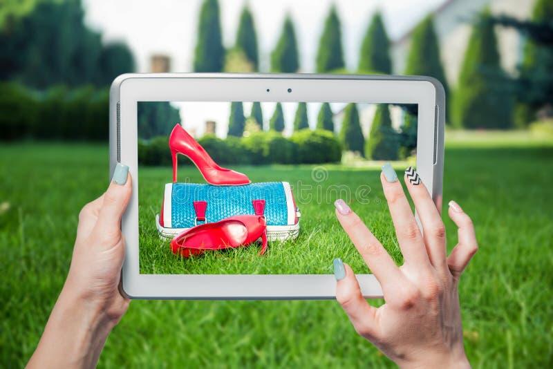 Meisje gefotografeerde schoenen online verkoop royalty-vrije stock afbeelding