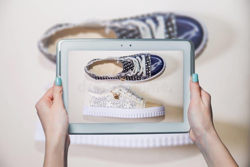 Meisje gefotografeerde schoenen online verkoop stock foto