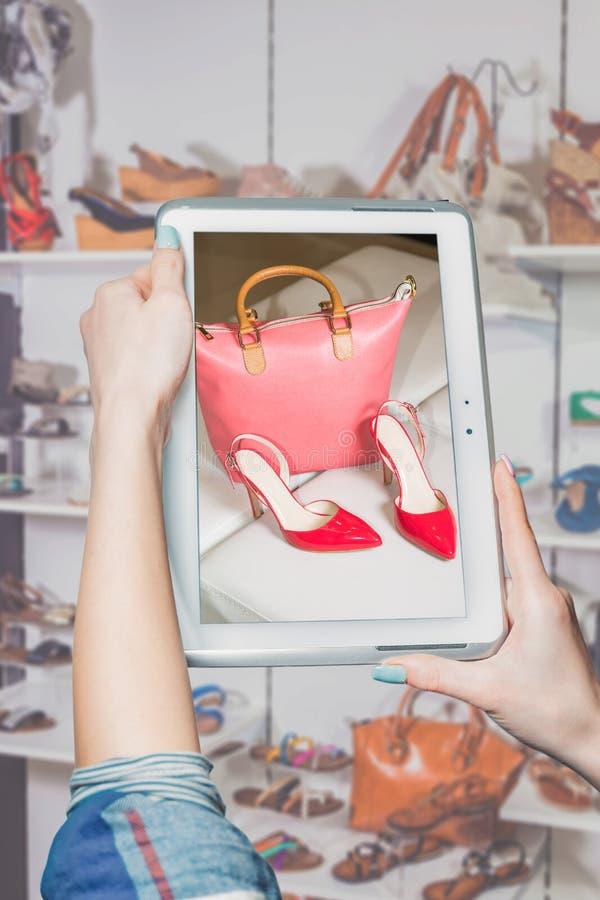 Meisje gefotografeerde schoenen online verkoop royalty-vrije stock afbeeldingen