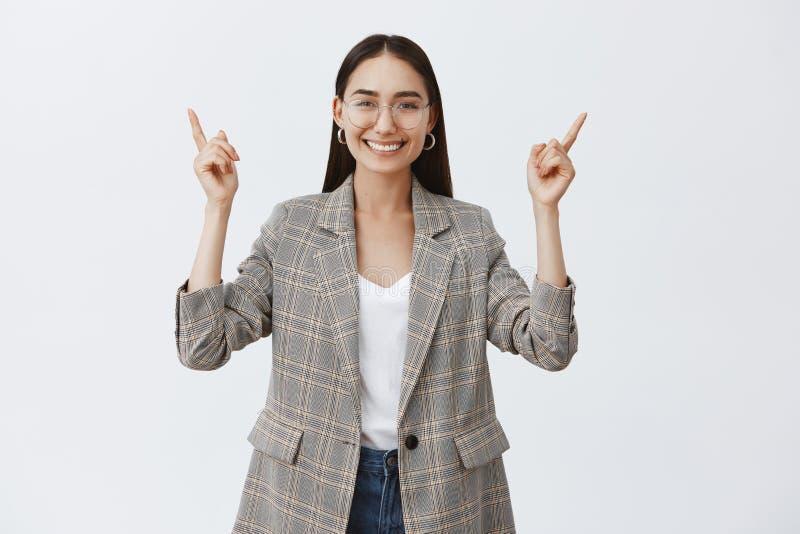 Meisje gelukkig als nooit voorheen, ondertekenend belangrijke overeenkomst in bureau Modieuze optimistische volwassen vrouwelijke stock afbeeldingen