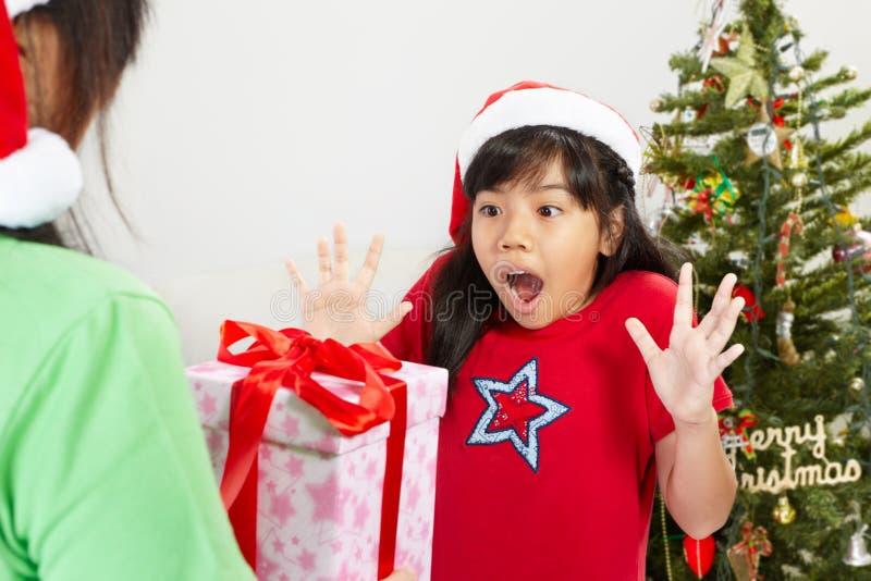 Meisje geworden ppresent Kerstmis stock fotografie