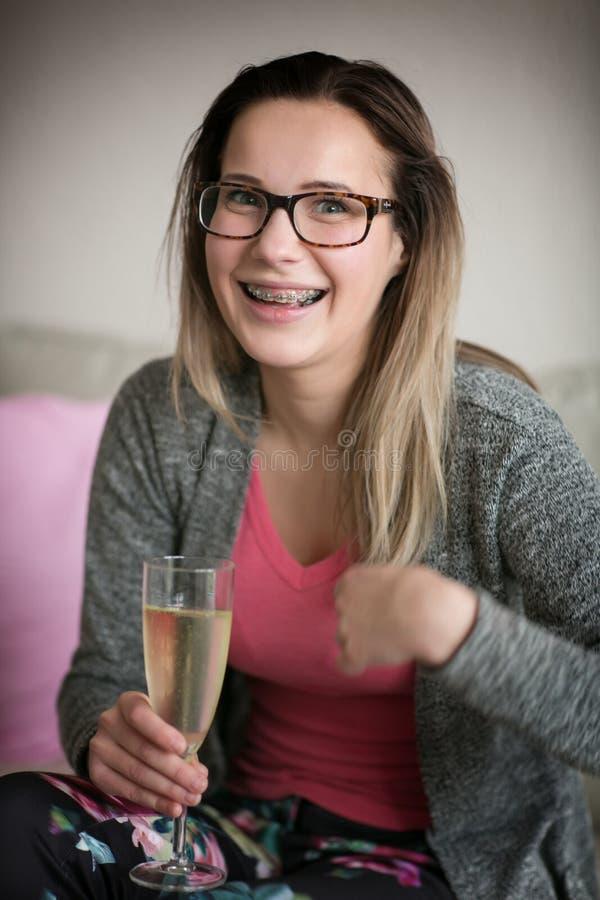 Meisje in glazen en met steunen op tanden royalty-vrije stock afbeeldingen