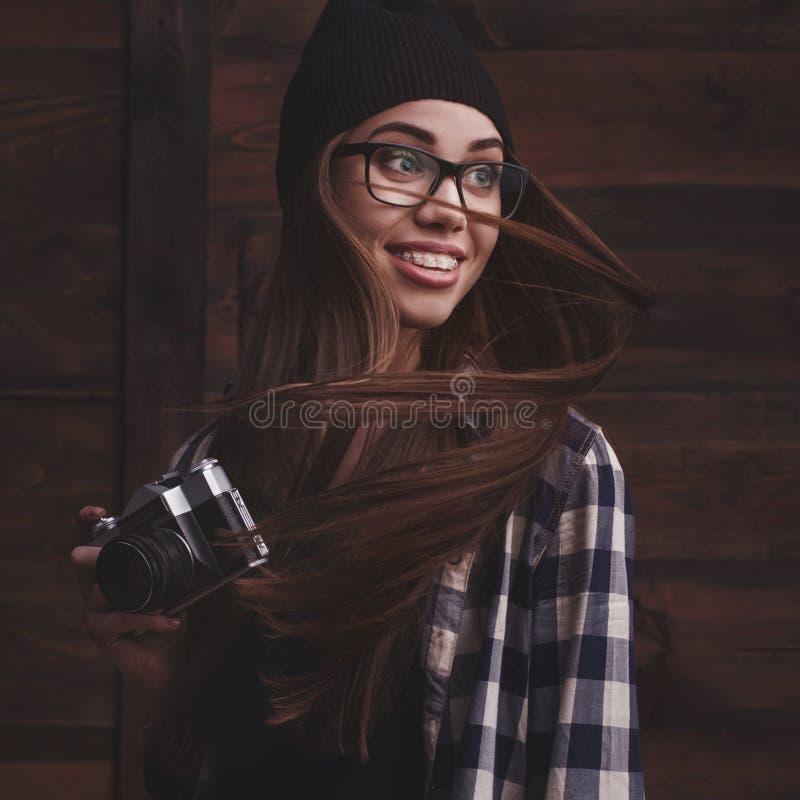 Meisje in glazen en steunen met uitstekende camera royalty-vrije stock foto's