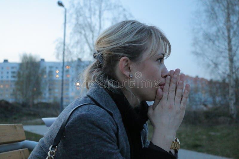 Meisje in grijs in gedachte stock afbeelding