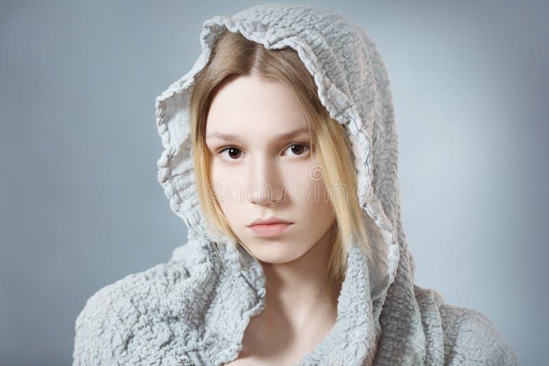 Meisje in grijze kap royalty-vrije stock foto