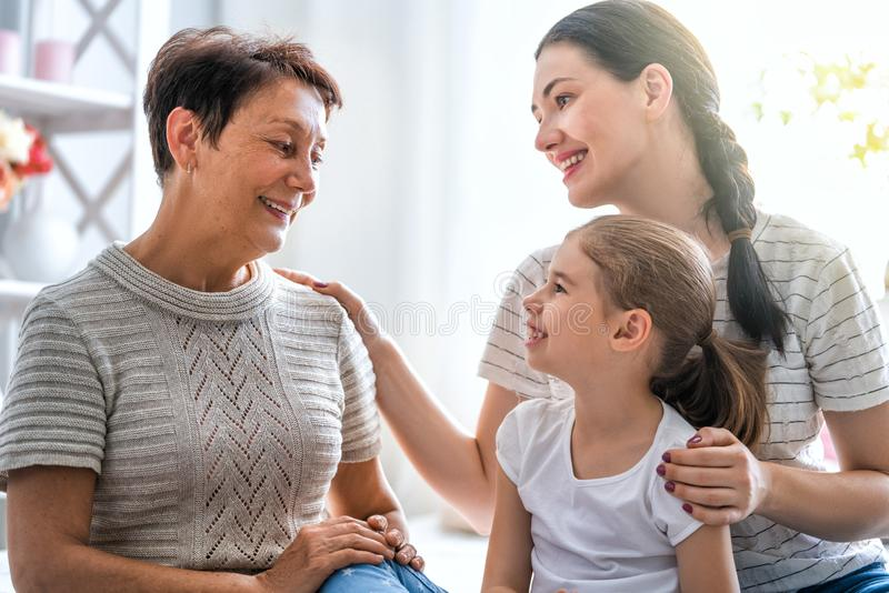 Meisje, haar moeder en grootmoeder stock afbeelding