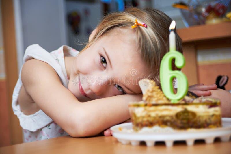 Meisje in haar verjaardag met cak royalty-vrije stock afbeeldingen
