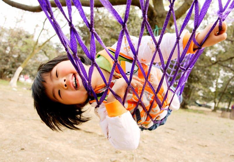 Meisje in hangmat stock afbeelding