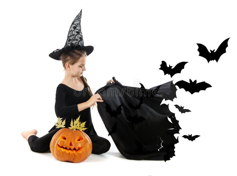 Meisje in heksenkostuum met een zwarte Kaap Halloween stock afbeeldingen