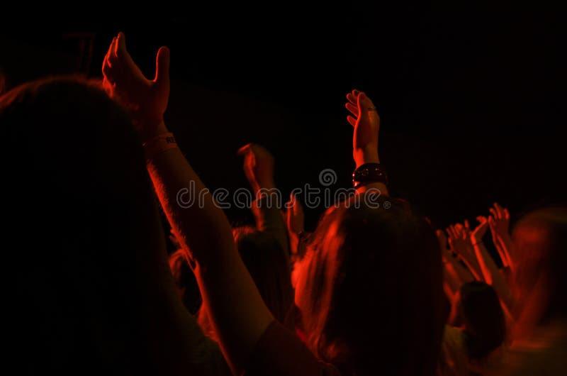 Meisje het Aanbidden in Christian Event stock fotografie