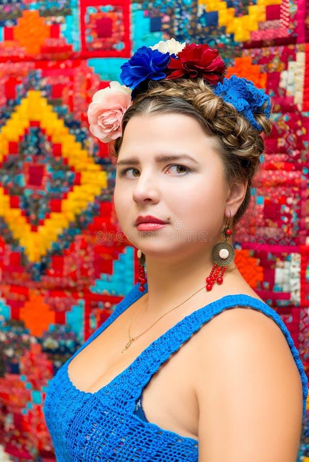 Meisje in het beeld van Frida Kahlo stock afbeelding