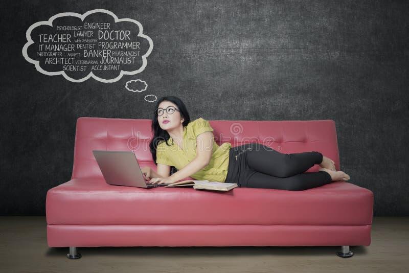 Meisje het bestuderen en veronderstelt haar droombaan stock afbeelding