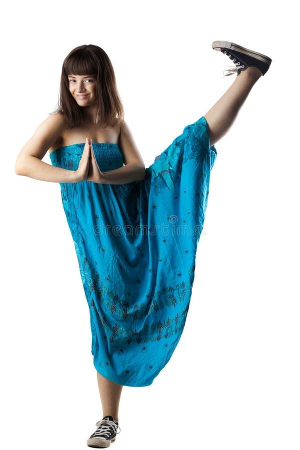 Meisje in het blauwe kleding stellen stock afbeelding