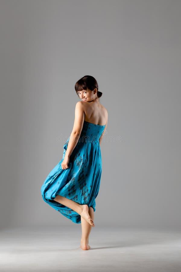Meisje in het blauwe kleding stellen in studio stock foto's