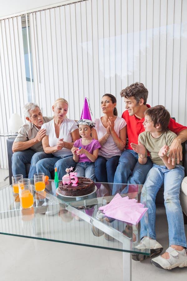 Meisje het blazen uit schouwt op cake royalty-vrije stock foto's