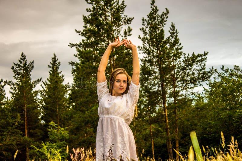 Meisje in het bos stock fotografie