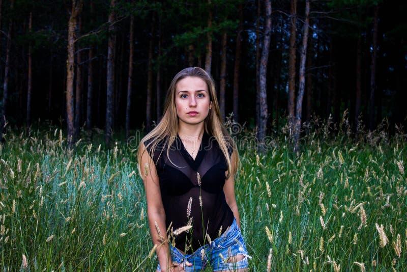 Meisje in het bos royalty-vrije stock afbeeldingen