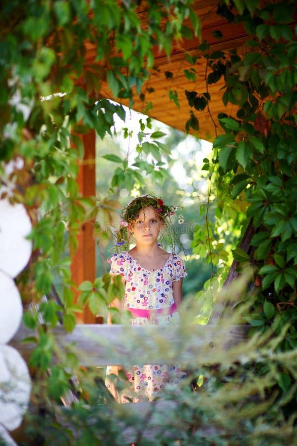 Meisje in het dorp royalty-vrije stock afbeelding