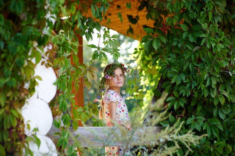 Meisje in het dorp stock foto