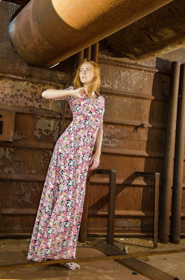 Meisje het dragen lond kleedt zich op het schip stock foto