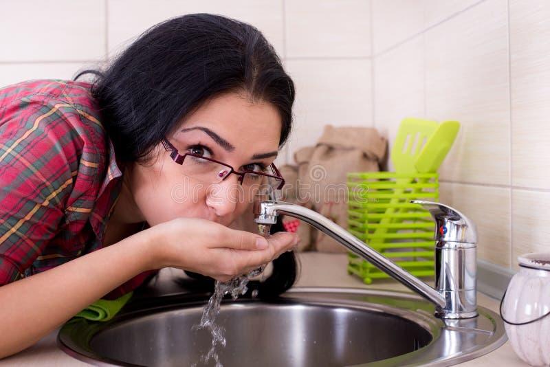 Meisje het drinken leidingwater stock afbeeldingen