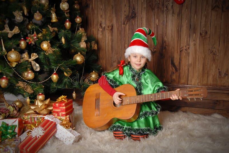 Meisje - het elf van Kerstmis met een gitaar royalty-vrije stock fotografie