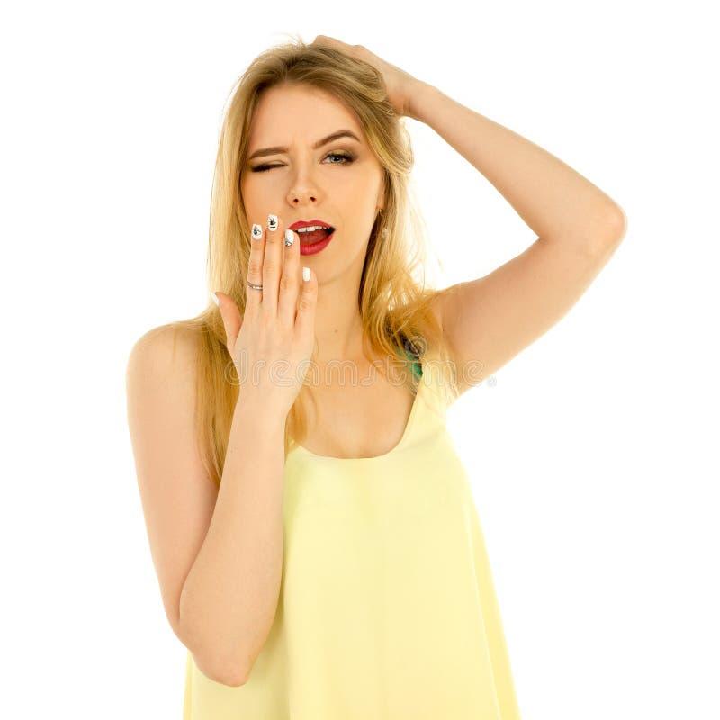Meisje in het gele t-shirt stellen in studio stock foto's