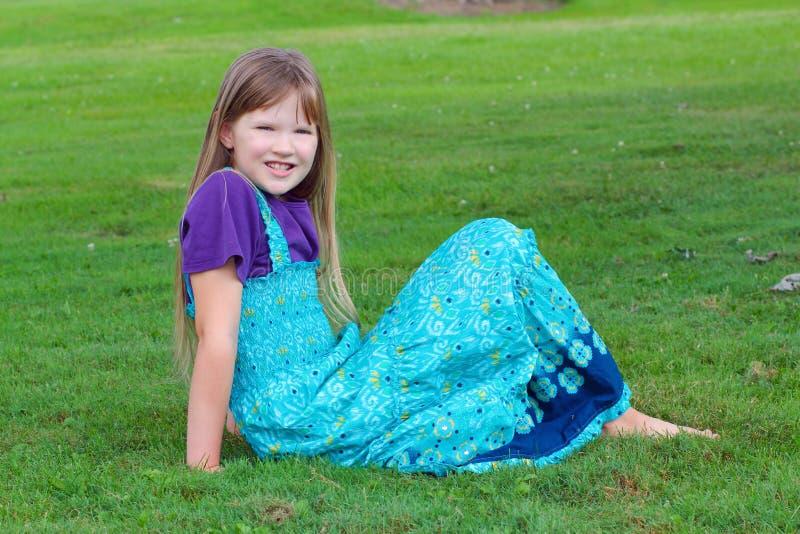 Meisje in het gras stock foto's