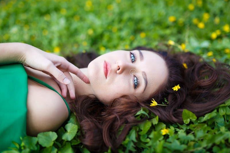 Meisje in het Gras royalty-vrije stock foto