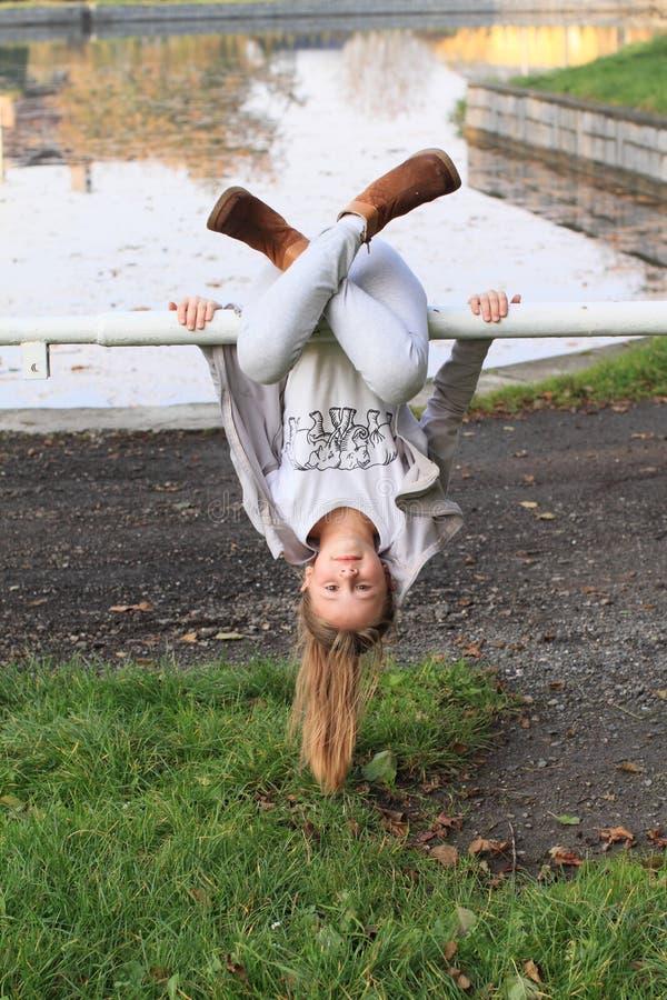 Meisje het hangen op leuningen royalty-vrije stock fotografie