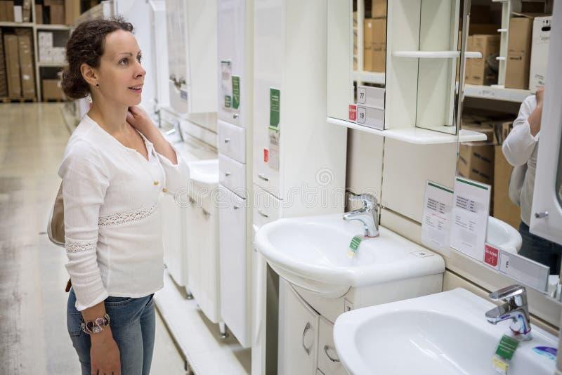 Meisje in het huisverbetering opslag royalty-vrije stock fotografie