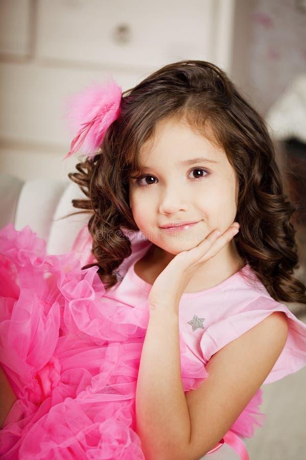 Meisje in het kinderdagverblijf in roze kleding stock fotografie