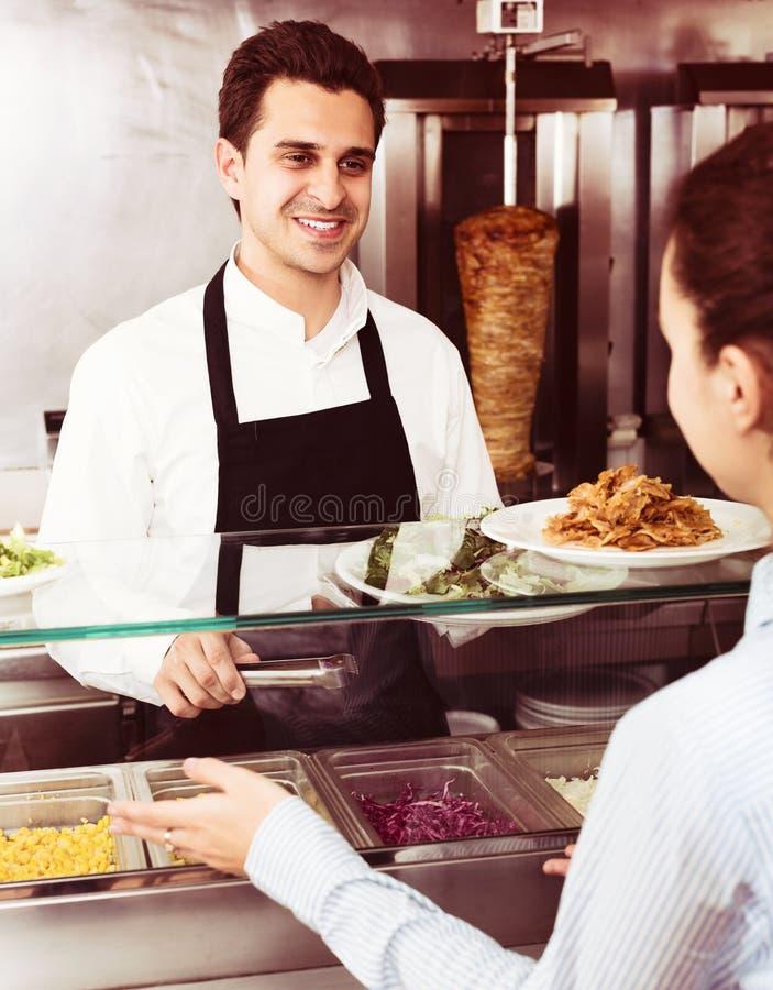 Meisje het kopen kebab en salade stock afbeeldingen