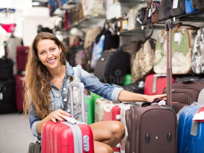 Meisje het kopen koffer in opslag royalty-vrije stock foto