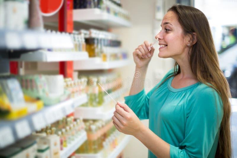 Meisje het kopen parfum in het winkelcomplex royalty-vrije stock afbeelding
