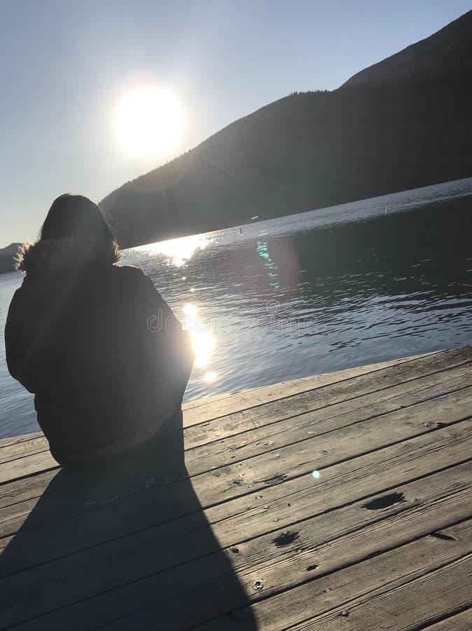 Meisje het letten op kust stock afbeelding