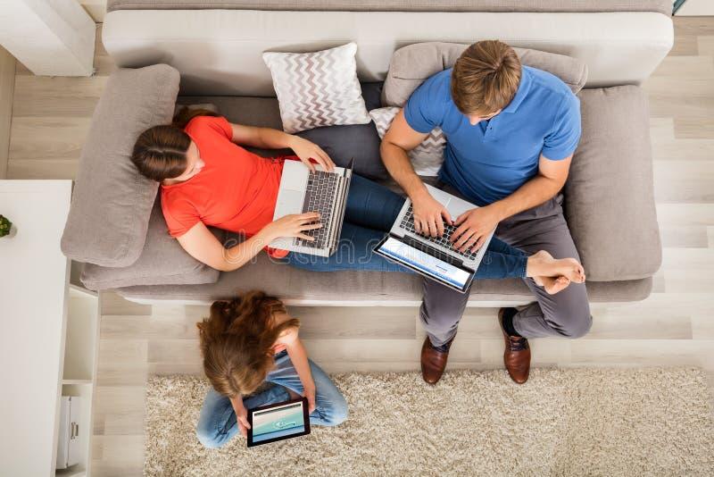 Meisje het Letten op Video op Digitale Tablet stock foto