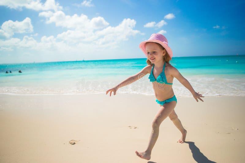 Meisje het lopen langs het strand en geniet de zomer van vakantie stock fotografie
