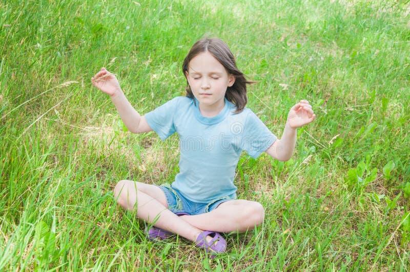 Meisje het mediteren stock fotografie