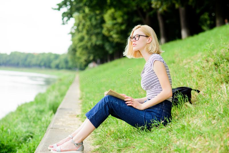 Meisje het ontspannen bij rivieroever na werkdag Vrouw die over vakantie droomt De rust ontspant en hobby Breng vrije tijd voor d stock foto's
