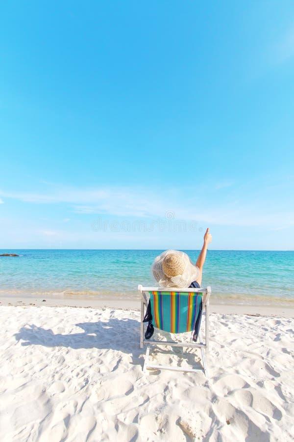 Meisje het ontspannen bij tropisch strand royalty-vrije stock afbeelding