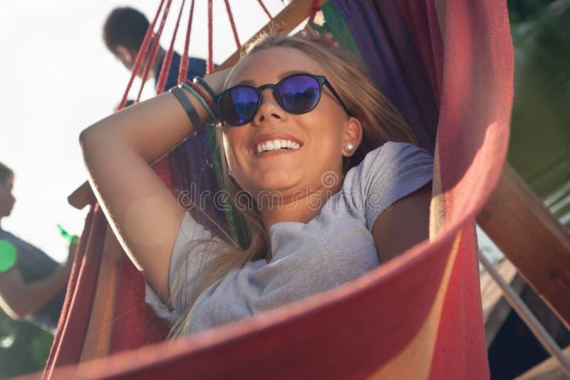 Meisje het ontspannen in hangmat royalty-vrije stock foto