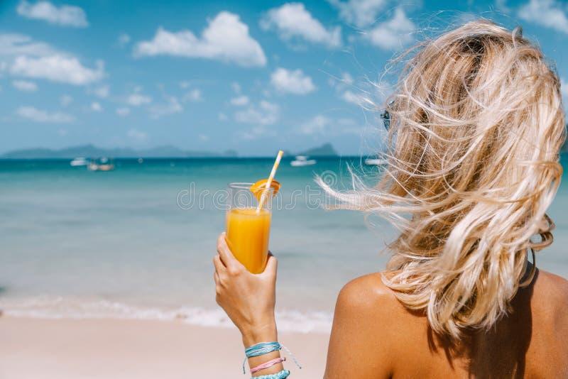 Meisje het ontspannen op het tropische strand in Azië royalty-vrije stock afbeelding