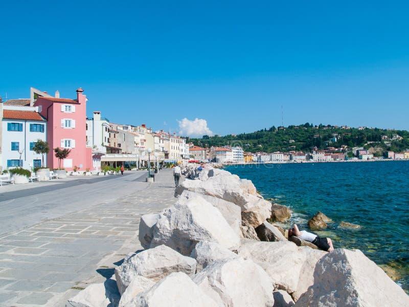 Meisje het ontspannen voor het overzees, Piran, Slovenië, Europa royalty-vrije stock foto's