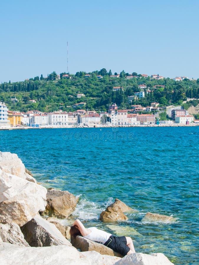 Meisje het ontspannen voor het overzees, Piran, Slovenië, Europa stock afbeeldingen